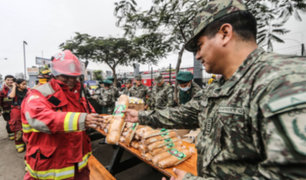 Ejército y Marina llevan desayuno a bomberos en Las Malvinas
