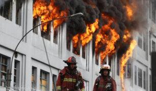 Explosiones en tercer piso de galería Nicolini reavivan el fuego