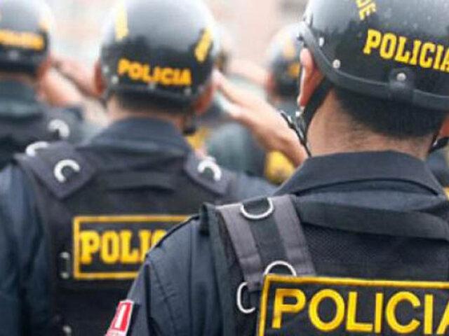 Policía rescata a mujer atrapada en acantilado del malecón de Miraflores