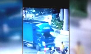 China: motociclista resulta herido tras ser embestido por camión