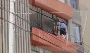 San Isidro: mujer arriesga su vida limpiando la ventana de un edificio