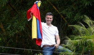 Venezuela: Leopoldo López aparece tras excarcelación y ondea bandera