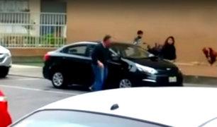 Chorrillos: sujeto rompe espejos laterales de vehículo que bloqueó su estacionamiento