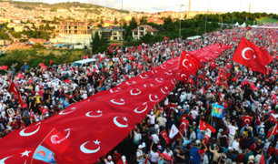 Turquía: miles conmemoran el primer año del fallido golpe contra Erdogan