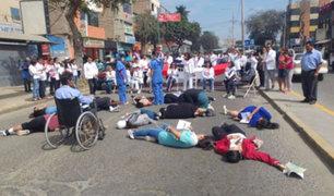 Médicos en huelga bloquean importante avenida de Lambayeque