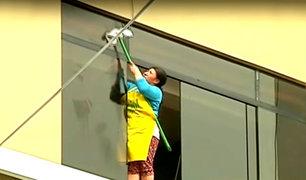 Bellavista: mujer arriesga su vida al limpiar ventanas sin contar con medidas de seguridad