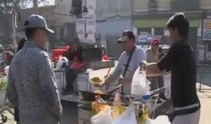Peruanos venden comida en las calles de Santiago de Chile