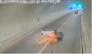 China: conductor se estrella en túnel y resulta ileso