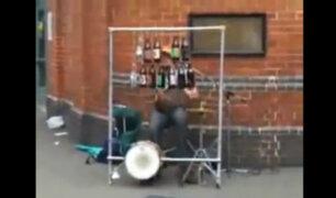 [VIDEO] Este vagabundo utiliza la basura como instrumento