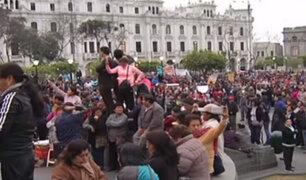 Maestros y comerciantes generan caos en la Plaza San Martín