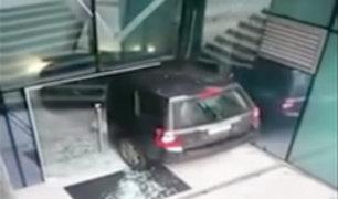 Chile: conductora se confunde y estrella su auto contra edificio