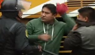 Maestros en huelga se enfrentan a la Policía tras intentar llegar al Congreso