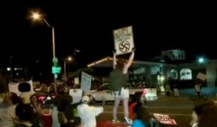 Supremacistas se enfrentan a manifestantes que defienden la inmigración en EEUU