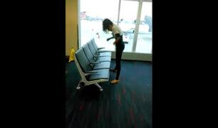 [VIDEO] Campeona mundial de limbo sorprende con sus habilidades en un aeropuerto