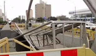 Imprudencia al volante: conductores derriban postes y dañan puentes de Lima