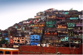 Cuando se vive pendiendo de un hilo: la cruda realidad de casas en los cerros
