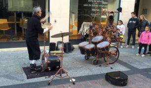 [VIDEO] España: esta persona toca la batería de manera poco convencional