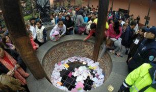 Cientos de devotos se congregan alrededor del  pozo de los deseos de Santa Rosa de Lima