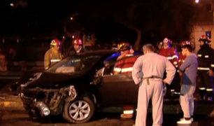 Cercado de Lima: esposos ebrios chocan su auto contra poste