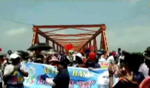 Maestros en huelga bloquean puente de ingreso a la ciudad de Tumbes