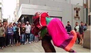 Bailando de a tres: el arte de hacer bailar muñecos sobre la espalda