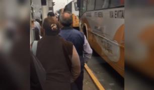 Metro de Lima: usuarios exponen su vida para ingresar a la estación Bayóvar