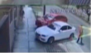 Comandante en actividad de la PNP es captado destrozando auto a combazos