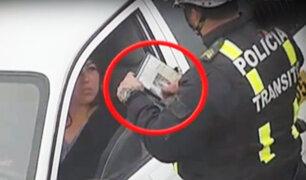 Ancón: Cámaras de seguridad captan a policía recibiendo presunta coima de una taxista