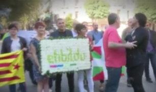 España: periodista enfrenta a ex militante de ETA durante marcha en Cataluña