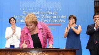 Michelle Bachelet promulgó  ley que despenaliza el aborto terapéutico en Chile