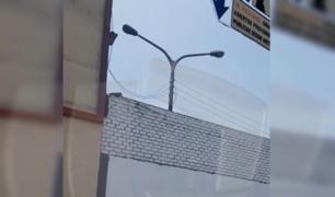 Santa Anita: captan poste de alumbrado público 'atrapado' en estacionamiento