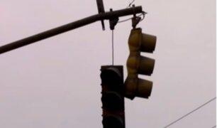 La Victoria: vecinos denuncian que semáforo está a punto de caer en la vía pública