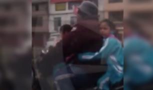 SJM: sujeto lleva a sus dos hijas en moto sin protección alguna