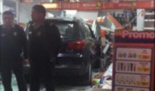 Mujer pierde el control de su vehículo y se estrella contra farmacia en Surco