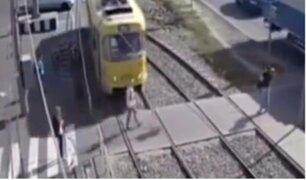 Ucrania: distraída mujer sobrevive milagrosamente a impacto de tren