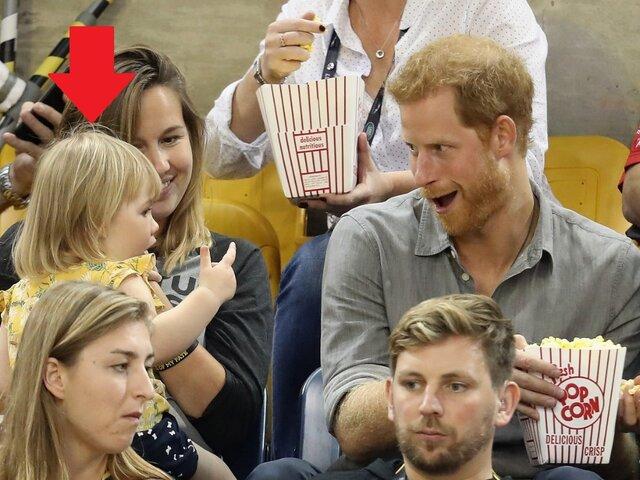 Príncipe Harry sorprende a pequeña 'ladrona' robando sus palomitas de maíz