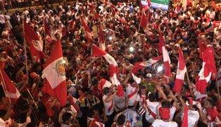 Así celebran el partido Perú vs. Colombia en Plaza de Armas