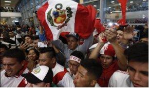 Cientos de hinchas recibieron en el aeropuerto Jorge Chávez a la Selección Peruana