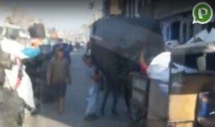 La Victoria: invaden la pista en av. Nicolás Ayllón con bultos y costales