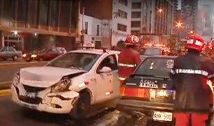 Cercado de Lima: dos autos impactaron violentamente en la avenida Tacna