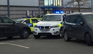Reino Unido: hombre armado toma rehenes en centro comercial