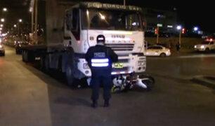 VMT: policía motorizado muere tras ser arrollado por tráiler