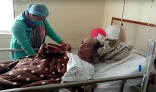 Joven pide ayuda para que su padre enfermo sea atendido