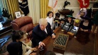 Donald Trump recibió a hijos de periodistas en tradicional visita de Halloween