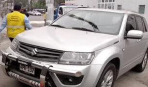 Conductores se estacionan en zonas prohibidas y se adueñan de la vía pública