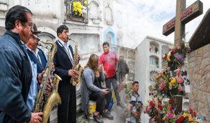Miles abarrotaron cementerios por el Día de Todos Los Santos