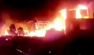 Incendio consume viviendas y una ferretería en Ate Vitarte