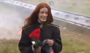 Modelo rusa pone a prueba traje antibombas