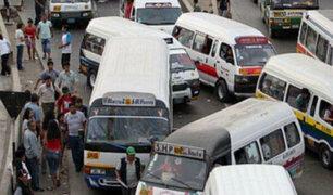 Tráfico aviva el estrés: pasajeros arriesgan su vida por subir al transporte público