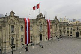 Diversas instituciones se unen a la fiebre futbolera alentando a la selección peruana